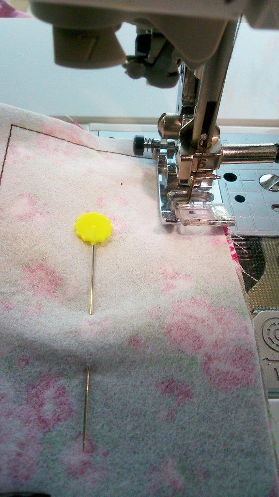 Vorbereiten der Verschluss-Lasche: mit Vlies verstärkt, füßchenbreit genäht, eine Wendeöffnung lassen.