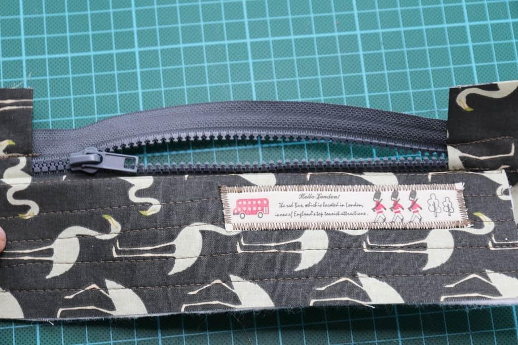 Tasche mit Reißverschluss nähen - die erste Seite ist fertig! Wiederhole das Ganze bei der zweiten Seite.