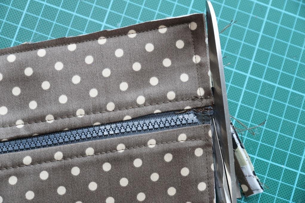 Tasche mit Reißverschluss nähen - nach dem Zusammennähen wird die Nahtzugabe zurückgeschnitten.