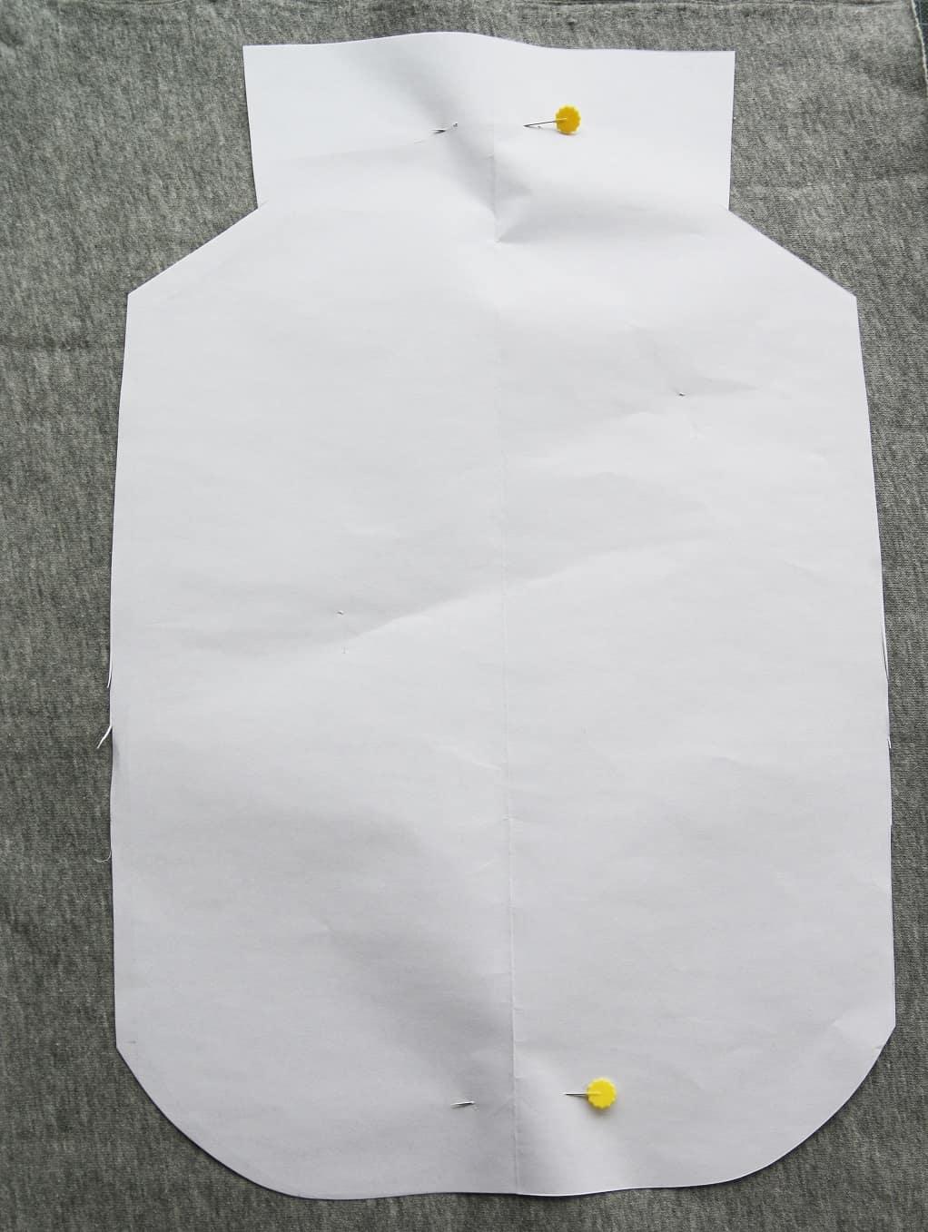 Wäörmflaschen-Bezug nähen: Grundform ausschneiden.