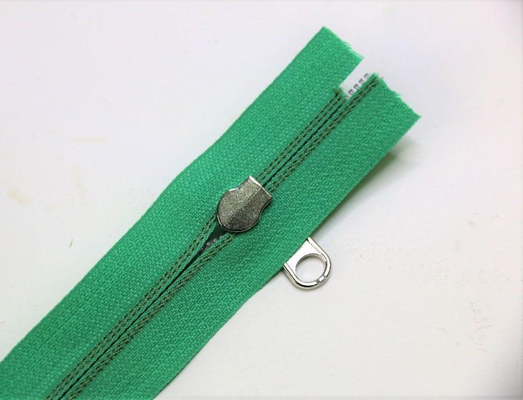 Zipper auf den Reißverschluss schieben