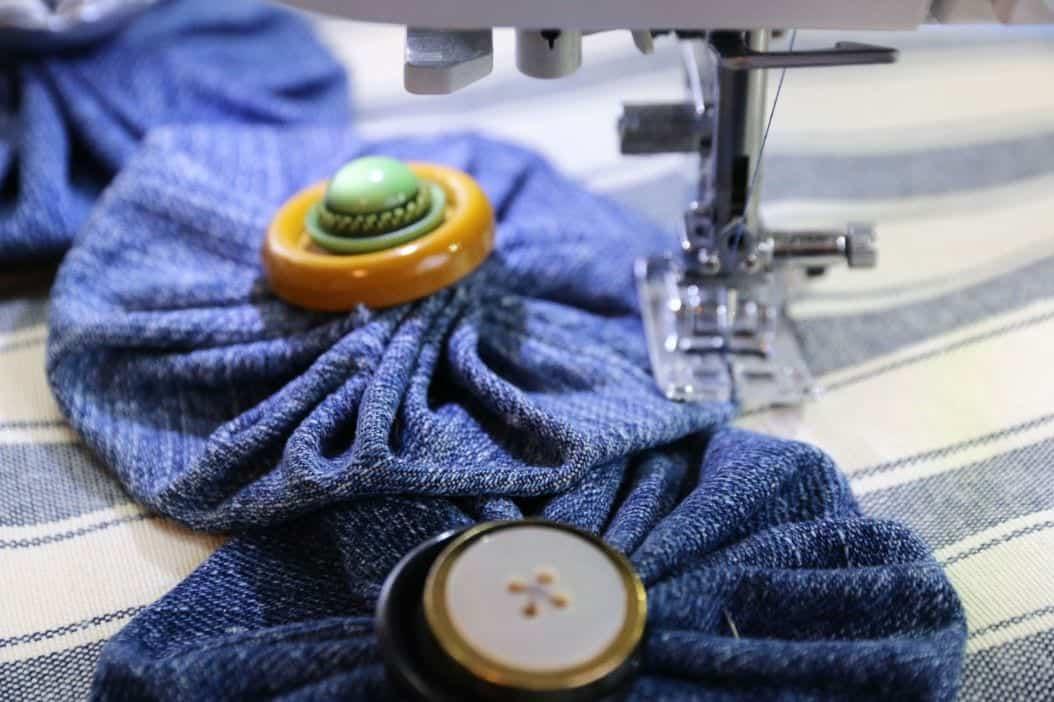 Kissen aus Jeans & Knöpfen nähen