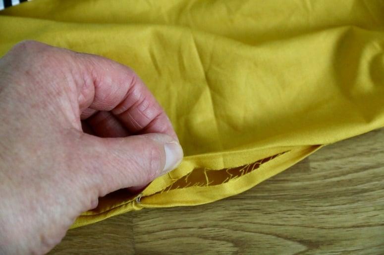 Nahtzugaben der Wendeöffnung werden nach innen gefaltet